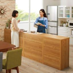 間仕切りキッチンカウンター カウンターデスク 幅120cm コーディネート例 (イ)ブラウン リビング側から見ると… 裏面は化粧仕上げ。間仕切りとして使え、キッチンの丸見えも防げます。