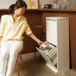 ゆっくり閉まる家具調ダストボックス 2分別 幅39.5cm (ア)ホワイト 椅子に座ったまま、片手でゴミが捨てられます。