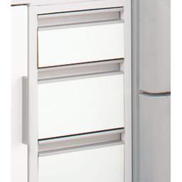 上品な清潔感のあるアクリル扉のキッチンすき間収納 幅20cm・奥行44.5cm 細かいものも収納しやすい引き出しタイプ。 取っ手も出っ張りがないので狭いキッチンでは便利です。