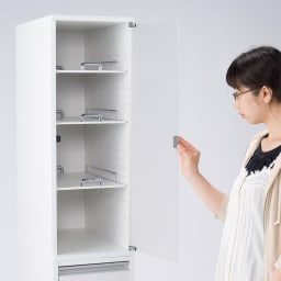上品な清潔感のあるアクリル扉のキッチンすき間収納 幅30cm・奥行44.5cm 右開き使用時