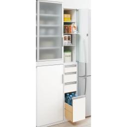 上品な清潔感のあるアクリル扉のキッチンすき間収納 幅20cm・奥行55cm すっきりとした印象のフラットタイプ。 狭いキッチンでは出っ張りがないので◎ スリムな隙間家具ですが、役立つ機能がいっぱいです。 ※写真は奥行55幅25cmタイプです。
