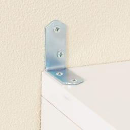 上品な清潔感のあるアクリル扉のキッチンすき間収納 幅25cm・奥行55cm 壁面に置く際はパータイプの固定金具でしっかり固定。転倒を防止します。
