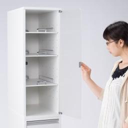 上品な清潔感のあるアクリル扉のキッチンすき間収納 幅25cm・奥行55cm 右開き使用時
