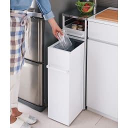 わずかな隙間に収まる ダストワゴン 付き すき間 キッチンラック ロー(作業台)タイプ 高さ85cm 幅30cm キャスター付のごみ箱なので、作業中の場所にゴミ箱を移動させることもできます。 ※写真は幅25cmタイプです。
