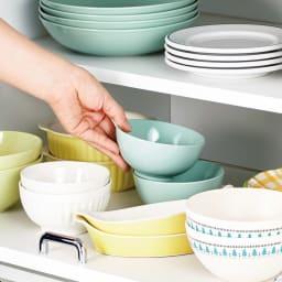 食器が探しやすく取り出しやすい食器棚 幅75cm スライド式だから奥の食器もラクラク。奥行を活かして大量収納が可能。奥の食器もラクに取り出せます。