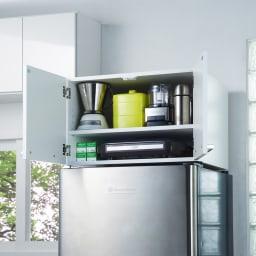 光沢仕上げ・冷蔵庫上ストッカー 幅63cm(脚部65cm) 狭いキッチンでもスペースを有効利用できる冷蔵庫上置きはディノスの人気商品です。
