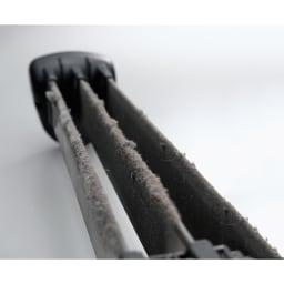 イオニックブリーズMIDI 特許技術で快適にハウスダスト対策。 空気中に浮遊する汚れを、まるでマグネットのように集塵板へと吸着させます。風を対流させるタイプの空気清浄機が苦手な方にも、やさしい設計です。