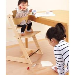 アキレス透明ダイニングテーブル下マット 食べこぼしが床に落ちても、シートを拭くだけで簡単に掃除できます。