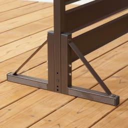 アルミボーダーフェンス専用スタンド4個組(フェンス1枚分) 固い場所では、専用スタンドをフェンス脚部に取り付けてそのまま自立使用できます。※スタンド使用時はフェンス同士の連結はできません。