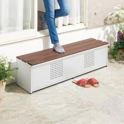 薄型ベランダ収納踏み台ストッカー 幅90高さ32cm お庭へのアクセスは、踏み台収納庫でスムーズに。片付かなかった屋外小物もこれで安心。(※写真は幅120cmタイプ)