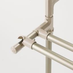 大量に干す方におすすめ!「ウルティマ」4本竿物干し ワイドタイプタオルハンガー付き 竿の位置は自由自在。 アーム部分にも2本まで竿を掛けられます。設置はカチャッとはめるだけ。