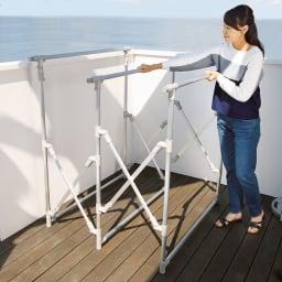 手前に広がる大容量ベランダ物干し 小さく畳めてベランダも広々。使う時は、手前に引っぱるだけでOK。