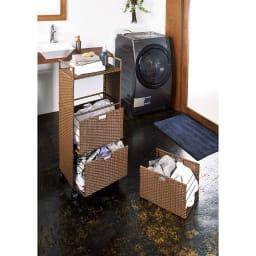 前後どちらからでも引き出せるラタン調ランドリーワゴン 2段 高さ80cm 使用イメージ(ア)ブラウン 事前に洗濯物が分類できます。 ※写真は3段タイプです。