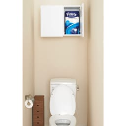 幅サイズを1cm単位で選んでぴったり!洗濯機上壁付け収納庫 幅71~80cm 使用イメージ 向かって右側の収納部にはトイレットペーパー(12ロール)を袋のまま入れられます。 ※写真は幅60~70cmタイプです。