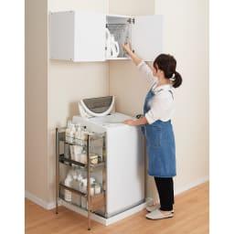幅サイズを1cm単位で選んでぴったり!洗濯機上壁付け収納庫 ハンガーバー付き 幅71~80cm 使用イメージ 手の届きやすい位置に設置できます。 ※写真は幅71~80cmタイプです。
