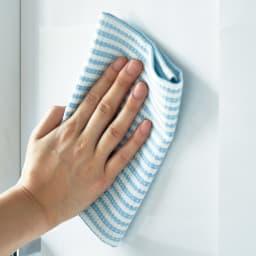 すっきり隠せる薄型引き戸収納庫 幅82.5cm (ア)ホワイトは光沢があり、水や汚れに強い素材です。