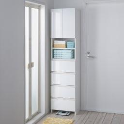 組立不要 スペースに合わせて奥行が選べるサニタリーチェスト 幅45奥行31cm 扉・引出しを閉じれば清潔感あふれる光沢感が際立ちます。