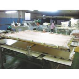 スノーホワイトシリーズ 掛けカバー 国内生産で、品質も安心。 ※写真は同工場内の作業風景。
