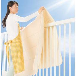 ヘタったマットレスにこの1枚!寝心地改善 大きなサイズの魔法の敷きマット(ファミリーサイズ) 大きくても干しやすい。約1.5cmと薄手で軽~い。大きなサイズでも布団干しが苦になりません。