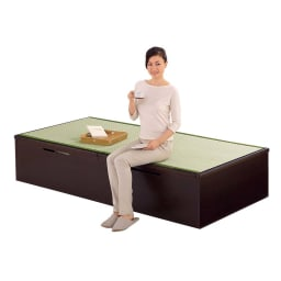 跳ね上げ美草畳収納ベッド ヘッドなし 床面高さ41cmなので、腰掛けるのにちょうどいい高さ。