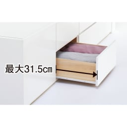 光沢が美しい収納チェストベッド ベッドフレームのみ 引き出しの最大引き幅は31.5cm。開閉もスムーズ。