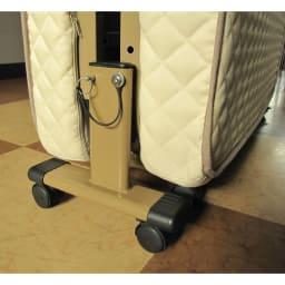 開梱してすぐ使える!組立不要 低反発ウレタン入り折りたたみリクライニングベッド 折りたたみ時もストッパーピンを差すことで、移動しやすくなります。