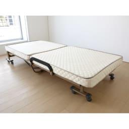 開梱してすぐ使える!組立不要 低反発ウレタン入り折りたたみリクライニングベッド フラット時。