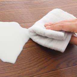 消臭加工フローリング調ダイニングラグシリーズ 【ダイニングラグ】 水や調味料をこぼしても、拭き取るだけでお手入れ簡単。