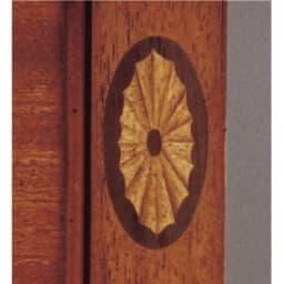 ベネチア調象がんシリーズ コンソール 職人が一枚一枚貼り付けて制作している象嵌細工。 一つ一つの象がん細工は、職人の熟練した手仕事による小さな芸術。