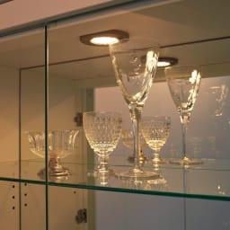美しく飾れる 光沢仕上げ収納システム ガラス扉コレクションケース 幅80cm 省エネ&長寿命のLEDライトを採用したダウンライトが、自慢のコレクションを美しく演出。さらに、背面のミラーにライトが反射することでラグジュアリーな輝きがいっそう増し、自分だけのミュージアムのような収納を実現します。