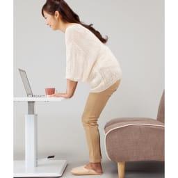 移動がしやすい!キャスター付き昇降式テーブル幅120 立ち座りの際にもテーブルが邪魔になりません。