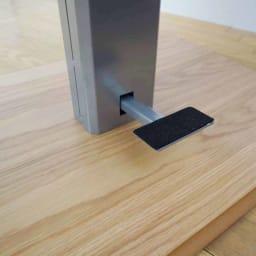 移動がしやすい!キャスター付き昇降式テーブル幅120 フットペダルにはフェルト付きです。ペダルを踏んで天板の昇降動作を行います。