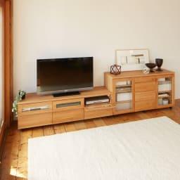 【ローチェスト】アルダー天然木ユニットボード キャスター付きキャビネット収納 幅135.5cm テレビ台との組み合わせ例。