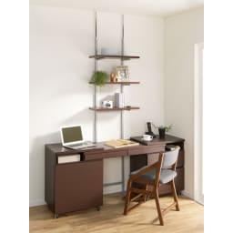 突っ張り式スペースラック 3段 幅59.5cm コーディネート例 (ウ)ダークブラウン 壁面に沿って整然とディスプレイ。 ※お手元の家具と合わせて壁面を活用できます。≪パソコンデスクと≫