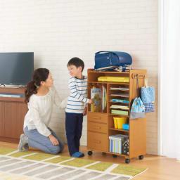 [国産] 塾や習い事の物までひとまとめワゴン(ランドセルラック) (イ)ナチュラル  お子さま自身が整理しやすい設計だから、時間割の準備などもスムーズ。低学年のうちはリビングに置けばママもしっかりサポートできます。