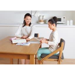 頭のいい子を目指す子供チェア 座面カバー付き ダイニングで勉強すれば、子供の質問にもサッと答えられます。 ※お届けはチェア1脚です。