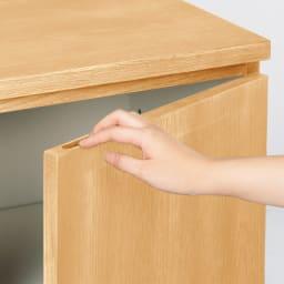 奥行35cm 北海道オーク材のコンパクトシリーズ キャビネット・幅80cm キャビネットの扉は手掛け付きで開けやすい。