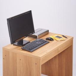 奥行60cm 脚下の棚が取り出しやすい ワイドデスクシリーズ 幅120cm(ワゴン2台付き) 奥行60cmの天板はキーボードとディスプレイを置いても広々と使えます。※写真は幅90cmタイプです。