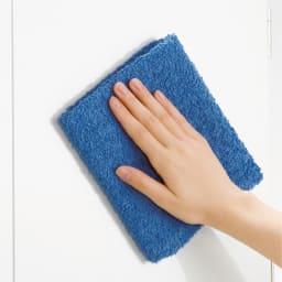 効率収納できる段違い棚シェルフ [突っ張り上置き 板扉タイプ 開き戸 幅90cm] 上置き高さ54.5cm ホワイトの前面はお掃除が楽なポリエステル化粧。