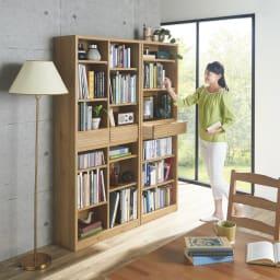 【完成品】木目が美しい引き出し付き本棚 オープンタイプ 幅60cm オープンタイプを並べて使えばゆったりしたブックカフェのようなお部屋をつくることができます。※左からオープンタイプ幅80cm、オープンタイプ60cmです ※モデル身長164cm