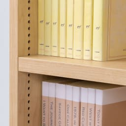 脚元安定1cmピッチ棚板頑丈薄型書棚 突っ張りタイプ本体高さ232.5cm 可動棚板は1cmピッチで高さ調整可能。