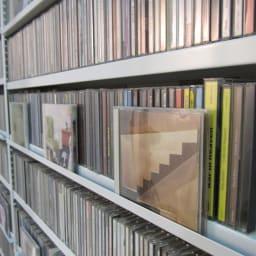 パンチングCDラック 突っ張り式(奥行21・高さ216~279cm)CD収納用 幅119cm CD用にはディスプレイできる棚付きでお洒落に演出できます。