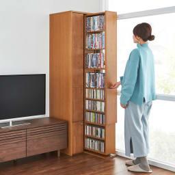 本格派 スライド収納書棚 AV収納庫 2列 幅44cm(コミック・文庫本・CD・DVD対応) コーディネート例:(イ)ナチュラル 出し入れもレール付きなのでラクラクと。