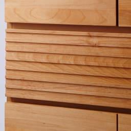 アルダー天然木格子スライドワードローブ ハイチェスト・幅80cm 引き出し上から4段目の深引き出しの前面は、アルダー天然木を横格子調にデザイン。表情のアクセントに。