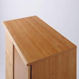 アルダー天然木格子スライドワードローブ ハイチェスト・幅80cm 天板もしっかり化粧。高さがちょっと低いので、高い位置からの見た目にも配慮しました。※画像はハンガー右板扉タイプ