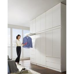 必要な時だけ引き出せるちょいかけハンガー付きクローゼット 棚7段 幅80cm 色見本(ア)ホワイト 掛けたまま表も裏もお手入れ ハンガーバーは最大約35cmまで引き出せます。