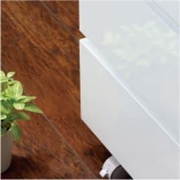 奥行46cmキャスター付きツヤツヤチェスト 幅100cm・3段 前面は光沢が美しい仕上げ。