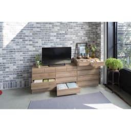 頑丈天板を賢く活用!ワイドクローゼットチェスト 4段・幅80cm オーク天然木のようなラフな素材感の心地よいシートを使用しております。