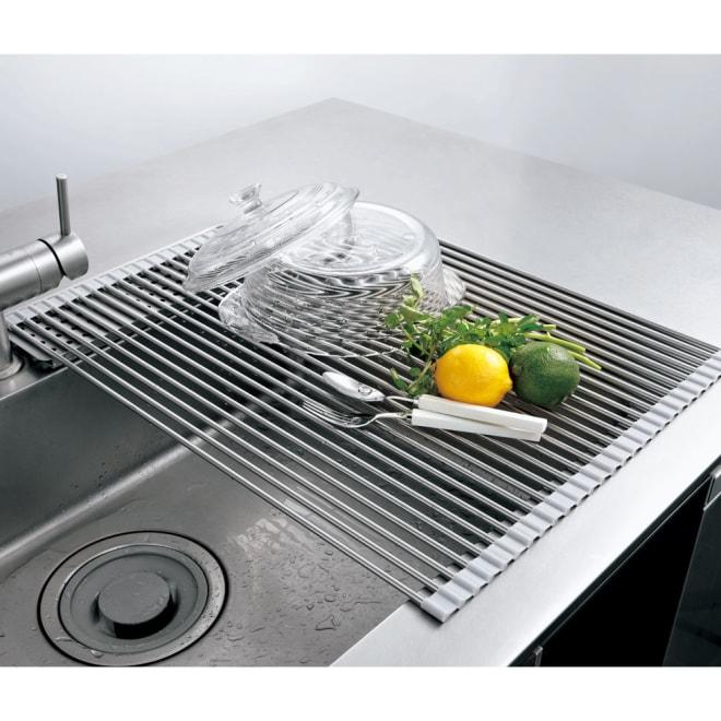 ステンレス製たためる水切り レギュラー 奥行58cm このシンプルさで大ヒット!使わない時はクルクル巻いて収納できる水切り。径6mmの18-8ステンレスを使った贅沢で頑丈な作り。両端は耐熱200℃のシリコン製なので、調理中の鍋のちょい置きにも使えます。