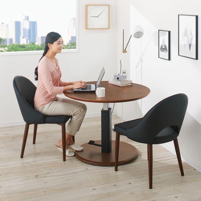 高さ自由自在!カフェスタイルダイニング 3点セット(丸形昇降テーブル径110cm+ラウンジチェア×2) ダークブラウン コーディネート例(エ)(座部)ブラック・(脚部)ダークブラウン ※写真はテーブル径90cmです。お届けはテーブル径110cmです。